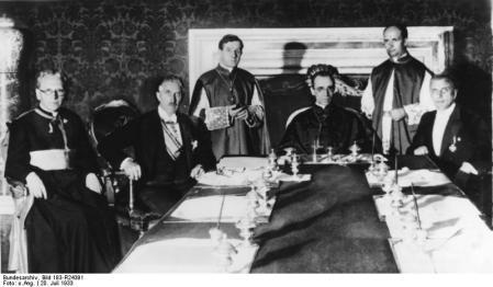 Pius XII beim Konkordat 1933 (CC-by-sa/3.0 Germany by Bundesarchiv DE)