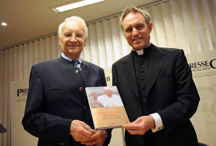 Der Privatsekretär des Papstes, Georg Gänswein (r.), mit Bayerns ehemaligem Ministerpräsidenten Edmund Stoiber .Bild: dpa
