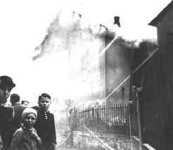 Brennende Synagoge 1938 (Bild: Jewish Virtual Library, Public Domain)