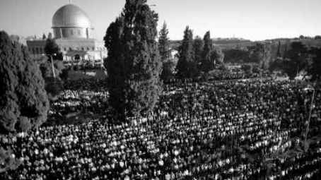 Thousands of Palestinians pray outside Al-Aqsa Mosque, atop the Temple Mount in Jerusalem's Old City, on the Muslim holiday of Eid Al Adha last October. (Photo credit: Sliman Khader/FLASH90) prep.BB