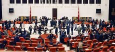 """Die Türkische Nationalversammlung """"Der Souverän ist ausnahmslos das Volk"""" (Mustafa Kemal Atatürk) © meclishaber.gov.tr, bearb. MiG"""