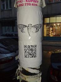 Plakate mit einem QR-Code sind ein Teil der Cicada-3301-Schnitzeljagd. Dieses hier tauchte in Warschau auf. Wer es aufhängte, ist nicht bekannt. Bild: wikimedia