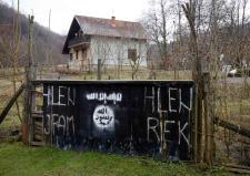 oto: reuters/ruvic IS-Symbolik im bosnischen Dorf Gornja Maoca. Die Aufnahmen entstanden laut Reuters am 4. Februar 2015