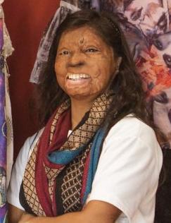 Rupa wurde als 15-Jährige Opfer eines Säureanschlags: Heute entwirft sie Mode. Bild: Rahul Saharan Rupa wurde als 15-Jährige Opfer eines Säureanschlags: Heute entwirft sie Mode bearb.:bb