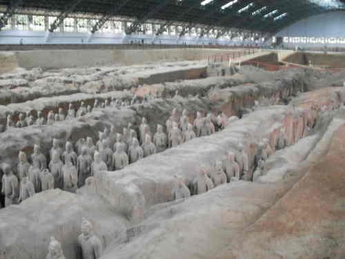 Eine Beigabengrube, in der Grabanlage des ersten Kaisers von China, Qin Shihuangdi. Die Halle ist riesig. Bild: BB