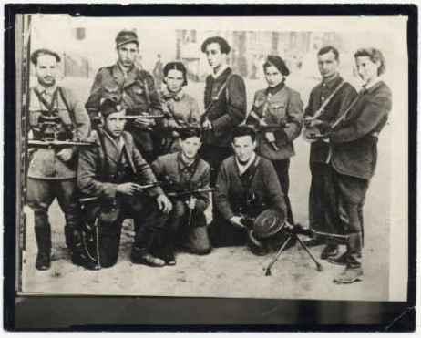 Das Foto zeigt Kovner, Mitte oben, im Kreis seiner Mitstreiter 1944 nach Vilnius' Eroberung durch die Rote Armee. Bild: Yad Vashem