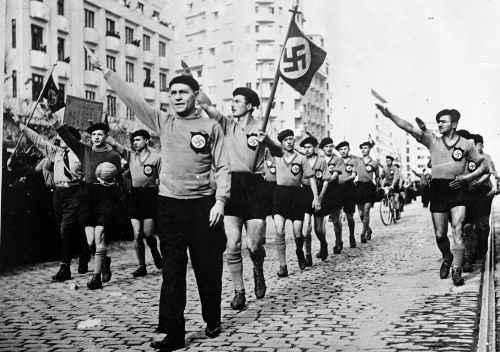 Terrortruppe: Mit fast 250.000 Mitgliedern war die Eiserne Garde die drittgrößte faschistische Bewegung in Europa, neben der deutschen NSDAP und der Nationalen Faschistischen Partei in Italien. Hier sind Angehörige der gewaltbereiten Organisation 1936 in Bukarest mit Hakenkreuzsymbolen zu sehen. ©AP