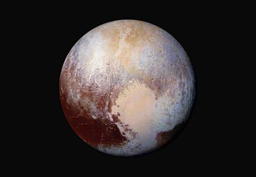 Pluto in Falsch-Farben-Darstellung aus einer Entfernung von 450.000 km aufgenommen. New Horizons Image Credit: NASA/JHUAPL/SwRI