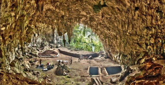 Die Liang-Bua-Höhle auf der indonesischen Insel Flores. Hier wurde das rätselhafte Frauenskelett gefunden. (Foto: Smithsonian Digitization Program Office/Liang Bua Team)