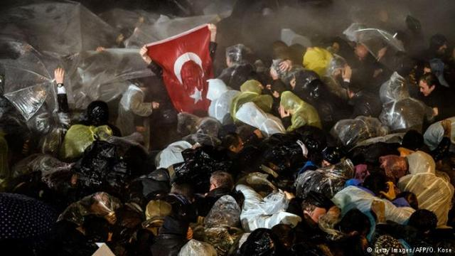 Wasserwerfer gehen nach der Zwangsverwaltung der Zeitung Zaman gegen Demonstranten vor