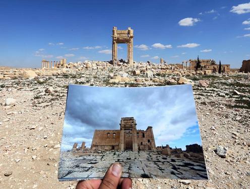 Ein Foto zeigt den Baaltempel von Palmyra im April 2014 - heute ist das historische Bauwerk nur noch ein Schatten seiner selbst: Von dem Tempel steht nur noch der Torbogen. Die Terrormiliz IS hatte den Baaltempel im August 2015 gesprengt - vorher stand er seit fast 2000 Jahren im Sand der syrischen Wüste. © Joseph Eid/AFP