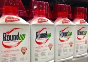 Glyphosat ist nicht der einzige Inhaltsstoff in Pflanzenschutzmitteln, der bedenklich ist. (Foto: Flickr/ Roundup, Monsanto by Mike Mozart CC BY 2.0)