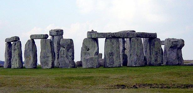 Blick auf Stonehenge. Die Blausteine sind die einzelnen Monolithen im Steinkreis. © gemeinfrei