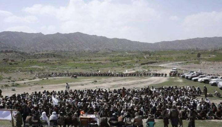 Zahlreiche Taliban-Kämpfer in Paktika leisten ihren Treueschwur auf den neuen Führer, will zumindest das Foto der Taliban demonstrieren. Bild: heise.de