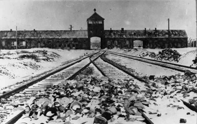 KZ Auschwitz, Einfahrt. Bundesarchiv, B 285 Bild-04413 / Stanislaw Mucha / CC-BY-SA 3.0