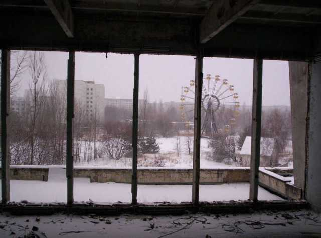 The Pripyat Ferris Wheel, viewed from the City Center Gymnasium. Image: Kadams1970/PD