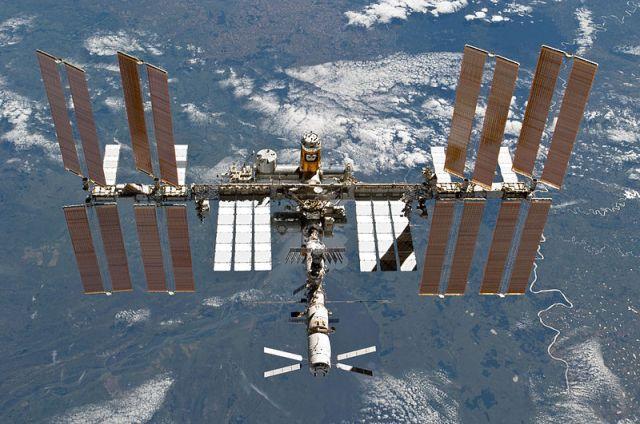 Die ISS am 7. März 2011, aufgenommen aus dem Space Shuttle Discovery. Bild: NASA