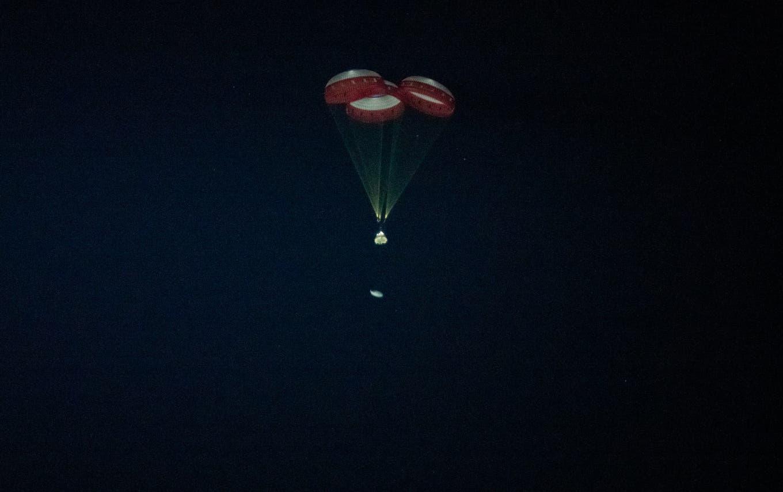 Das Starliner-Raumschiff segelt nach seinem Testflug an drei Fallschirmen zur Erde zurück. Bild: NASA