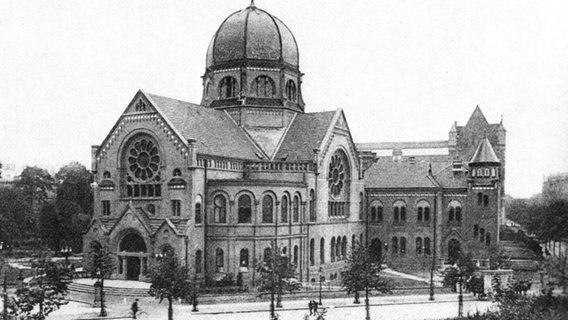 Die alte Synagoge am Bornplatz in Hamburg wurde in der Reichsprogromnacht 1938 verwüstet und 1939 abgerissen. © wikimedia