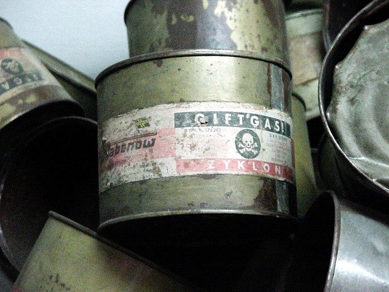 Blechdose: Zyklon B. Aufnahme aus der Ausstellung im KL Auschwitz-Birkenau. Bild: wikipedia/Michael Hanke-CC BY-SA 3.0